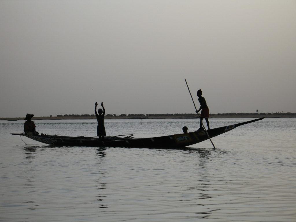 Mali, pêcheurs sur une barque